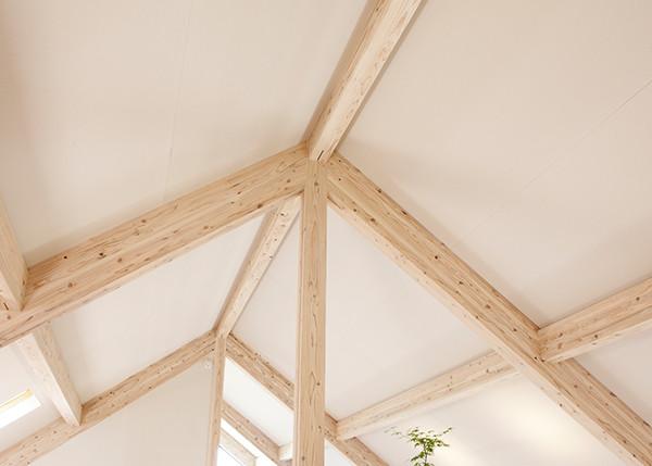 天井は、空間を広げる屋根パネル