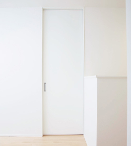 高さ2400mmのドアが、縦の広がりを強調させる