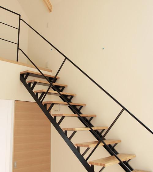 シンプルな形状で、空間を引き締める階段。