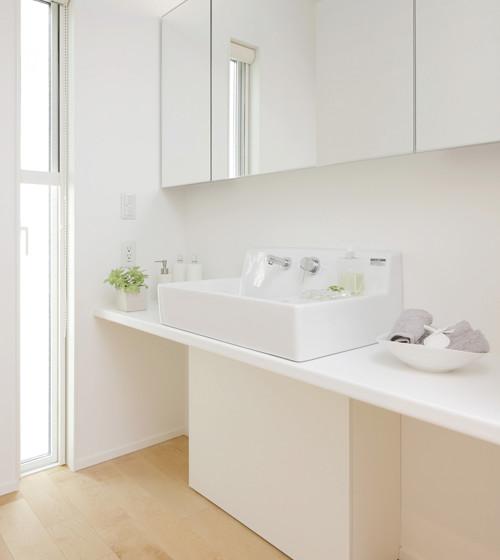 コミュニケーションがとれるワイドな鏡面が特徴の洗面収納。
