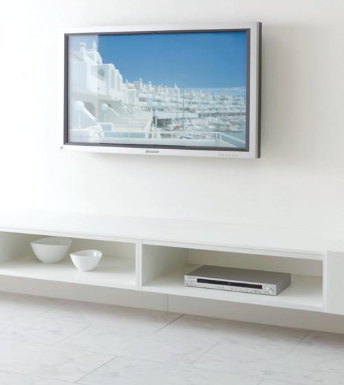 シンプルな空間に自然となじむ、幅3m50cmの横長TVボード。