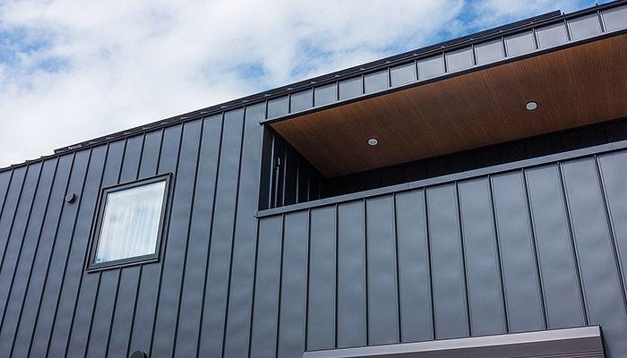 黒い屋根と外壁は、強い耐久性を備える「ガルバリウム鋼板」